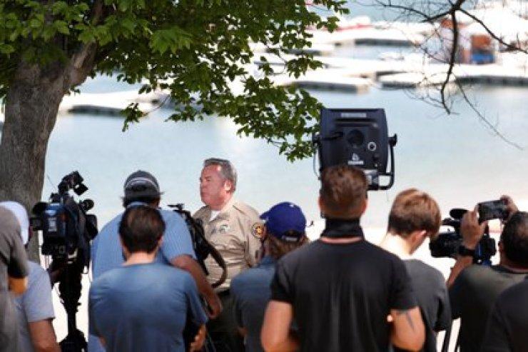 El sargento Kevin Donoghue habla con los medios después de la desaparición de la actriz Naya Rivera REUTERS/Mario Anzuoni