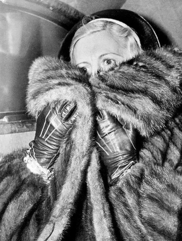 Mae Capone, esposa del gangster Al Capone, intenta ocultarse de la prensa en una de las visitas que hizo a su marido en Alcatraz en 1936 (AP Photo)