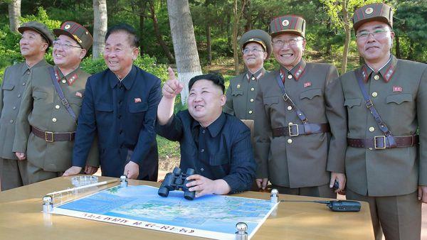 Kim Jong-un durante una de las últimas pruebas misilísticas del país (Reuters/KCNA)