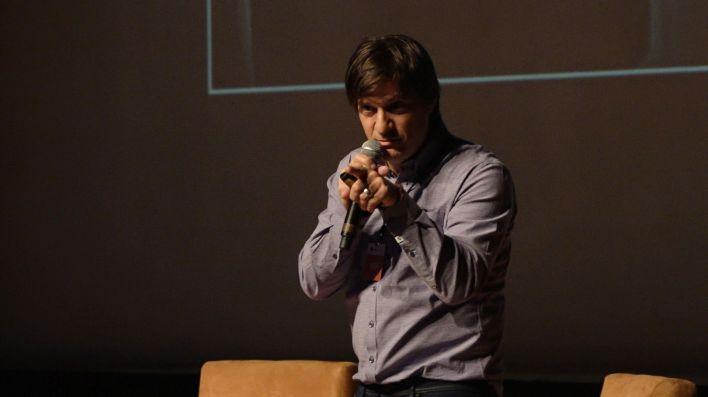 Tras la apertura, Adam Siegel (en la imagen), comenzó con su ponencia, en la que explicó cuáles son las claves para que una narrativa tenga éxito en la era de la mediamorfosis (Foto: Juan Vicente Manrique/Infobae)