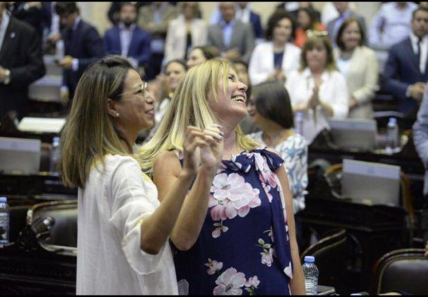 La jura de ayer de Adriana Cáceres (izq) y Liliana Schwindt como diputadas, luego de un fallo en su favor de la Cámara Electoral