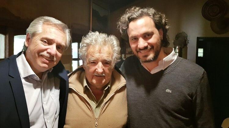 """Alberto Fernández visitó a """"Pepe"""" Mujica el viernes pasado. En la foto ambos con Santiago Cafiero"""
