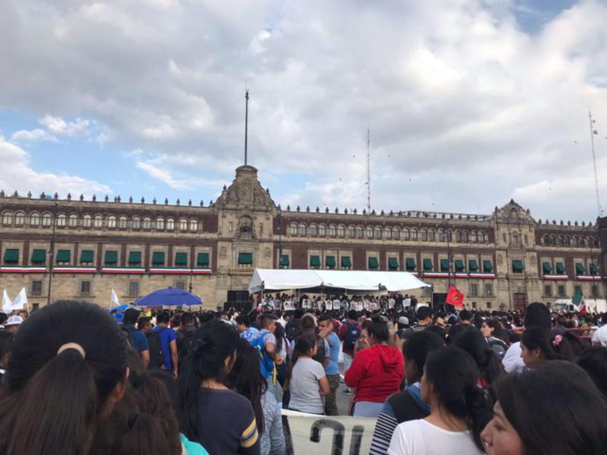 Los padres suben al templete ubicado frente a Palacio Nacional en la plancha del Zócalo (Foto: @monacofelipe)