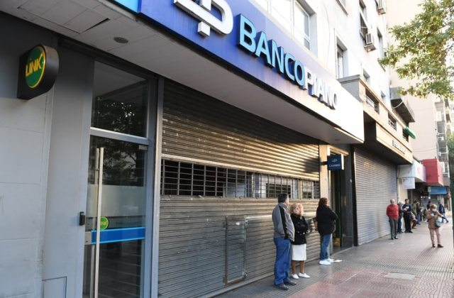 La sucursal del Banco Piano del barrio de Caballito ya muestra una larga fila (foto: Maximiliano Luna)