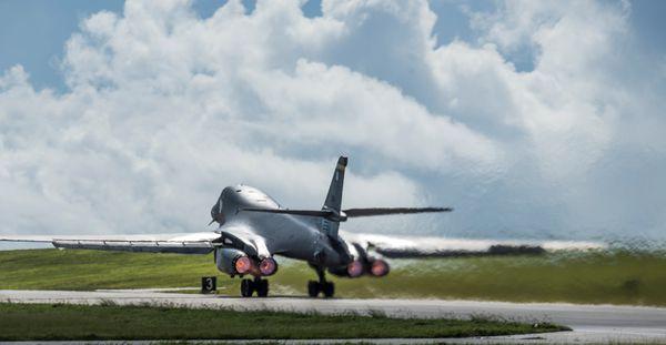 Otro B-1 despegando de Guam (U.S. Air Force/Tech. Sgt. Richard P. Ebensberger/Handout)