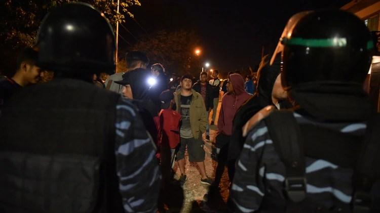 Vecinos frente al cordón de Infantería tras el hallazgo del cuerpo (Guille Llamos)