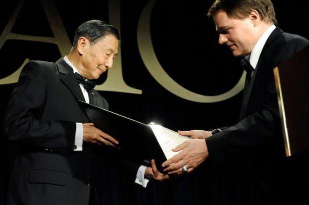 Mao recibió el premio Milton Friedman del Instituto Cato, entregado por Tom Palmer en Washington, en 2012. (Jonathan Ernst/Reuters)