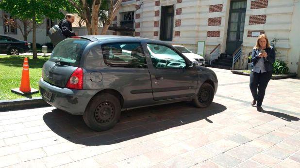 Kicillof arribó a la gobernación bonaerense en el mismo auto que utilizó durante la campaña