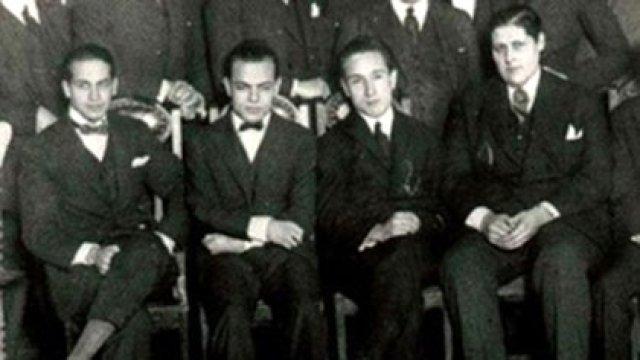 """Los """"Locos de la Azotea"""": Enrique Telémaco Susini (primero desde la derecha), que a los 29 años y junto a (izq. a der.) Luis Romero Carranza, César Guerrico y Miguel Mujica hicieron la primera transmisión radial."""