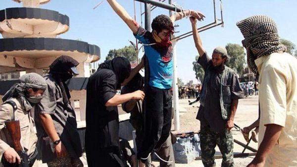 Colgar a civiles de postes se tornó una práctica habitual de ISIS (Foto de archivo)