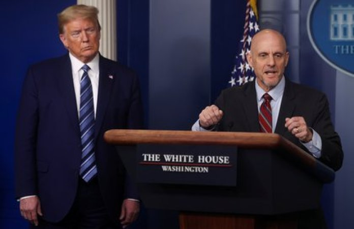 Trump escucha la exposición de Hahn (Reuters)