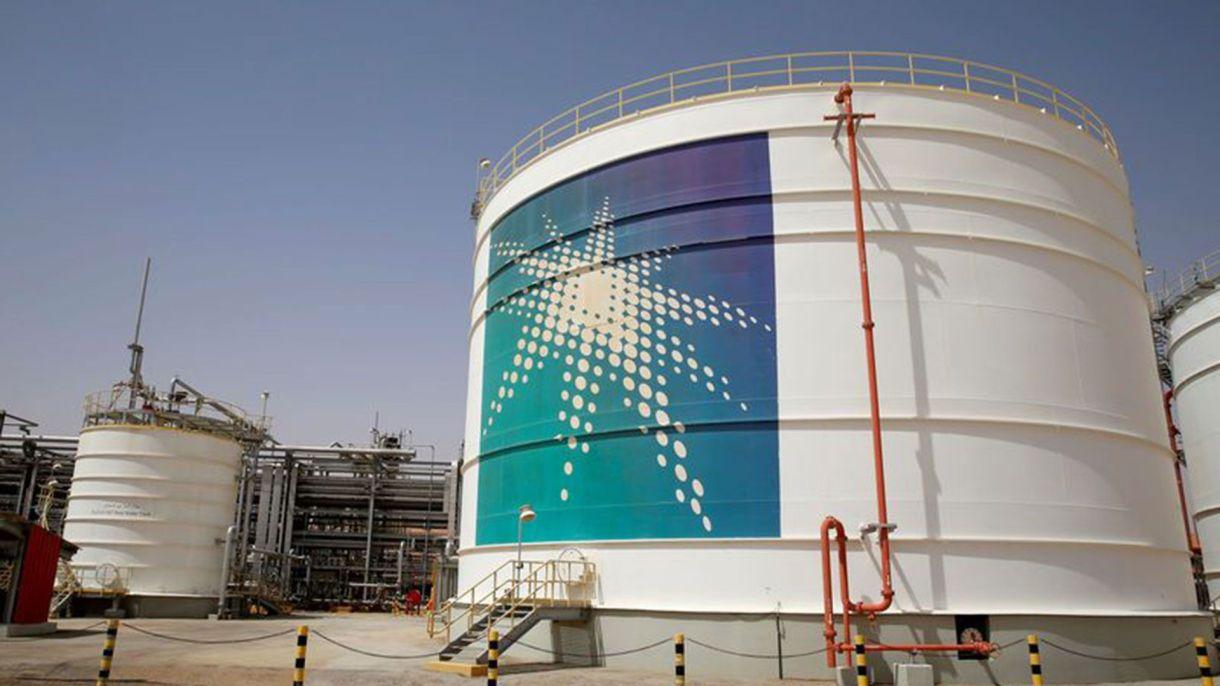 Un tanque de petróleo Aramco en el yacimiento petrolífero Shaybah de Saudi Aramco en el Desierto de Rub al-Jali, Arabia Saudita 22 de mayo de 2018. (Reuters)