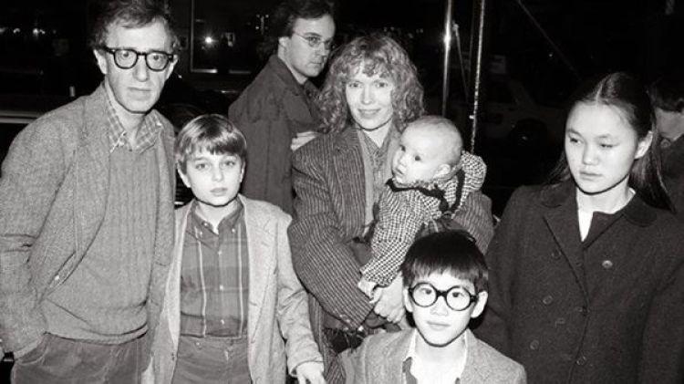 Woody Allen y Mia Farrow junto sus hijos Ronan, Dylan, Soon Yi y Moses.