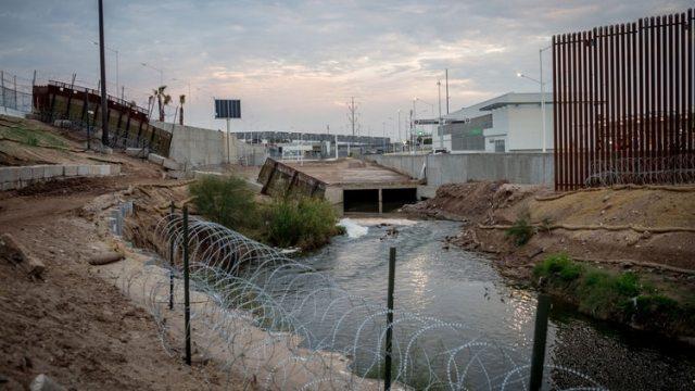 El New River, contaminado, cerca de la frontera entre Calexico y Mexicali (New York Times)