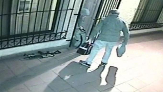 López ingresa con sus bolsos y sus armas a un convento de General Rodríguez (Foto: captura del video de seguridad).