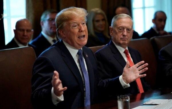 Trump y el secretario de Defensa de EEUU, James Mattis, en noviembre de 2017 (REUTERS/Kevin Lamarque)