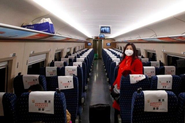 Una mujer usa una mascarilla arriba de un tren de alta velocidad cerca de Jiujiang, en la provincia de Jiangxi, China (REUTERS/Thomas Peter)