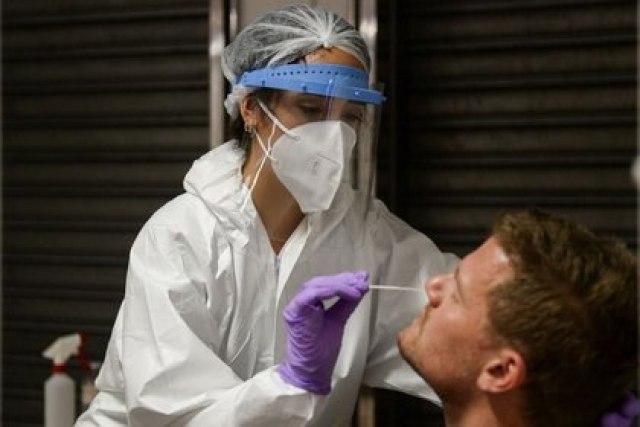FOTO DE ARCHIVO: Un trabajador de la salud toma una muestra de hisopo nasal de un hombre en un nuevo lugar de pruebas en el aeropuerto de Bruselas, Bélgica, el 2 de enero de 2021. REUTERS/Johanna Geron/Foto de archivo