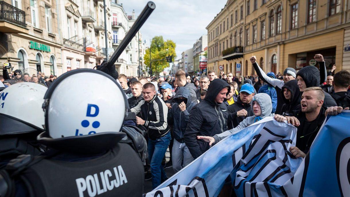 Una marcha del Orgullo Gay en Lublin, Polonia, fue atacada por grupos de extrema derecha (Photo by Wojtek RADWANSKI / AFP)