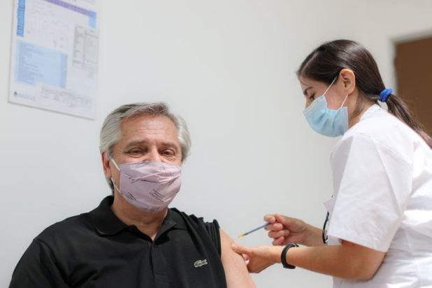 Alberto Fernández ya recibió la primera dosis de la vacuna rusa Sputnik V contra el COVID-19 en el hospital Posadas en Buenos Aires (Esteban Collazo/Presidencia Argentina).