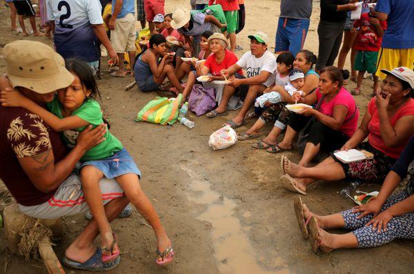 Sobrevivientes reciben alimentos por parte de las autoridades. (REUTERS)