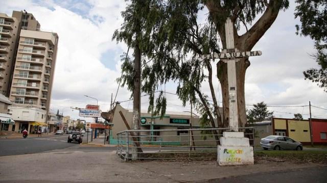 """Un grafiti bajo un cruz en la ciudad de Pergamino advierte """"fumigación=cáncer"""""""