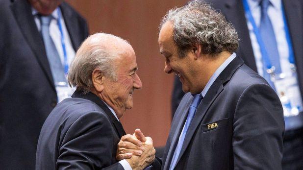 Foto de archivo del entonces presidente de la UEFA Michel Platini (dcha) mientras estrecha la mano al responsable de la FIFA Joseph S. Blatter (izq) tras su elección como presidente en Zúrich (Suiza) el 29 de mayo de 2015. (EFE/ Patrick B. Kraemer)