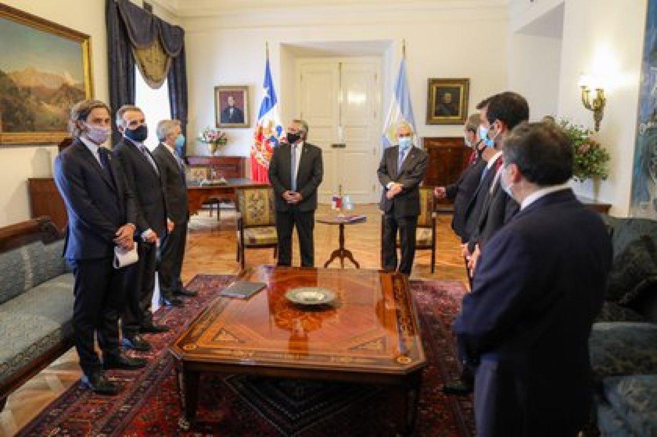 Alberto Fernández y Sebastián Piñera con sus ministros antes de la reunión bilateral