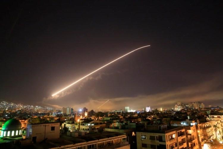 Momento en un misil cruza el cielo de Damasco.