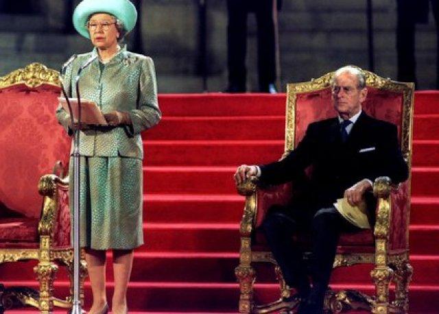 La reina Isabel II pronuncia un discurso ante ambas Cámaras del Parlamento en el Palacio de Westminster el 5 de mayo de 1995 ante el príncipe Felipe