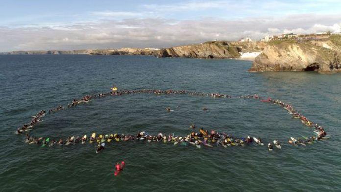 """""""Paddle Out"""" es el rito que realizan los aficionados del surf en el océano recordando al compañero (O'Neill Argentina)"""