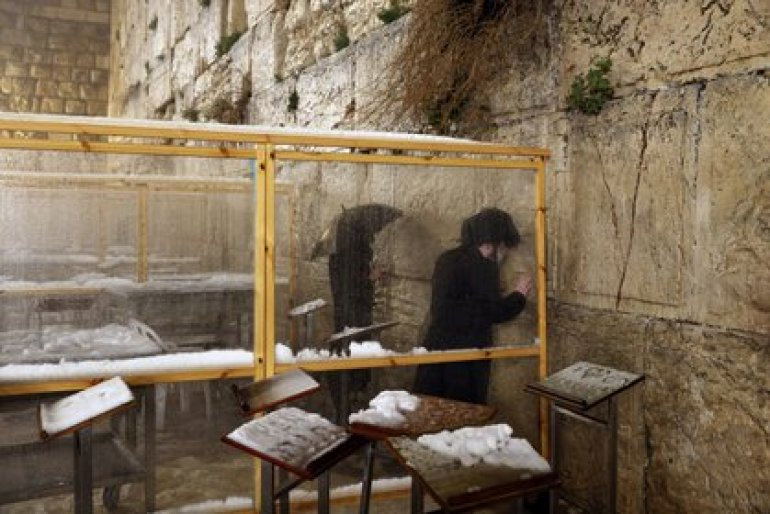 Jews pray at the Western Wall, Judaism's holiest prayer place, on February 18, 2021. REUTERS / Ronen Zvulun