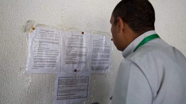 Un venezolano consulta los requisitos para la visa en el consulado de Perú en Caracas (Foto: Luis Morillo)