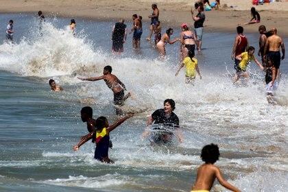 Al igual que sucedió en el verano, los jóvenes parecen ser los principales motores de las nuevas infecciones. (REUTERS/Ringo Chiu)