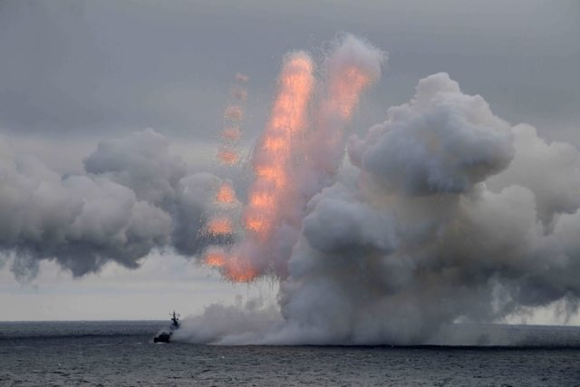 Un buque de la Armada Rusa es visto durante los ejercicios conjuntos de las flotas del Norte y del Mar Negro, a los que asistió el presidente ruso Vladimir Putin (Sputnik/Alexei Druzhinin/Kremlin vía REUTERS)