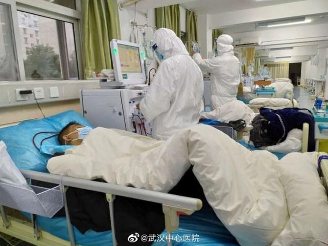 Imagen subida a las redes sociales el 25 de enero de 2020 por el Hospital Central de Wuhan muestra al personal médico que atiende a pacientes, en Wuhan, China. (Reuters)
