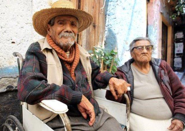 Una pareja de personas de la tercera edad a las afueras de su domicilio en Ciudad de México (Foto: EFE Mario Guzman/Archivo)
