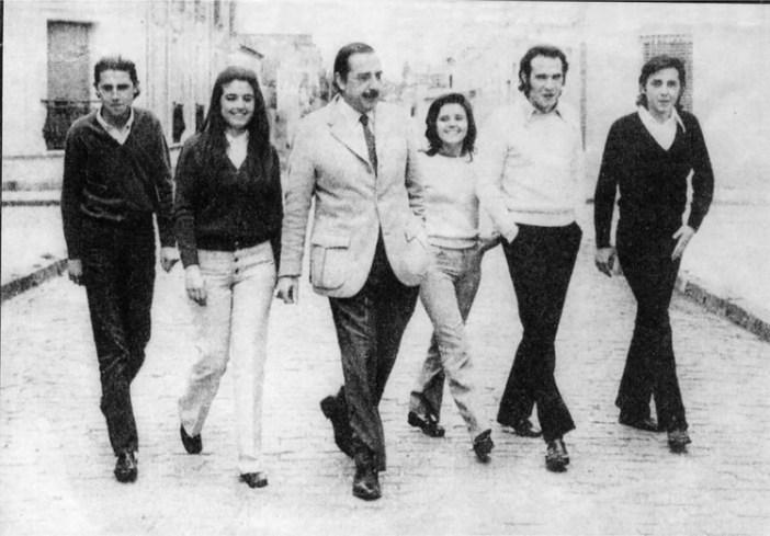 Raúl Alfonsín y sus hijos cruzando calle Lavalle, antes de ingresar a la casa que habitaron hasta 1972.