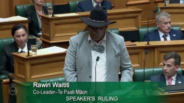 El co-líder del Partido Maorí, Rawiri Waititi, habla en el Parlamento en Wellington, Nueva Zelanda, el 9 de febrero de 2021 en esta imagen fija tomada de un video el 9 de febrero de 2021. Parliament TV, Oficina del Secretario de la Cámara de Representantes, Nueva Zelanda / a través de REUTERS TV