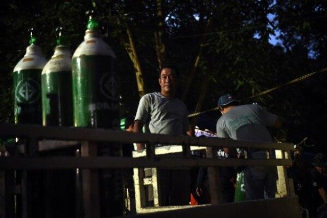 Voluntarios con tanques de oxigeno (AFP/ Lillian SUWANRUMPHA)