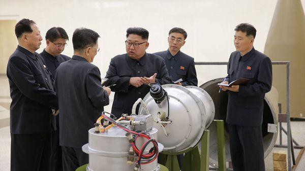 El líder de Corea del Norte, Kim Jong-un, inspecciona una ojiva nuclear (Reuters)