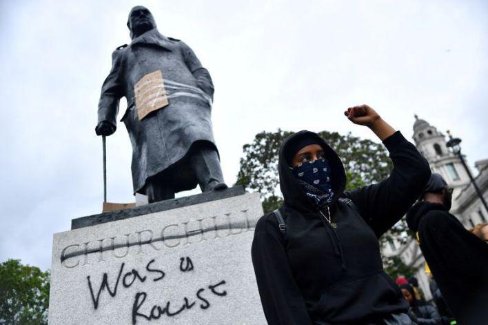 "En Londres, los manifestantes pintaron ""racista"" en la estatua de  Winston Churchill. Junio, 2020. REUTERS/Dylan Martinez"