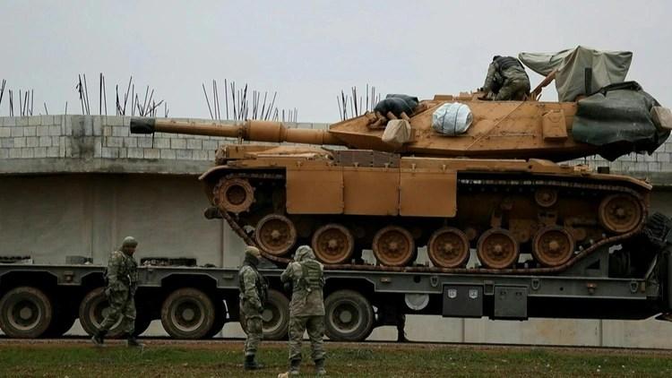 Un tanque turco M60 está siendo transportado a la provincia de Idlib para reforzar la presencia militar allí