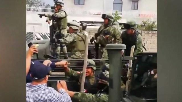 Los militares lanzaron tiros al aire en Puebla (Foto: Captura de pantalla, Facebook)