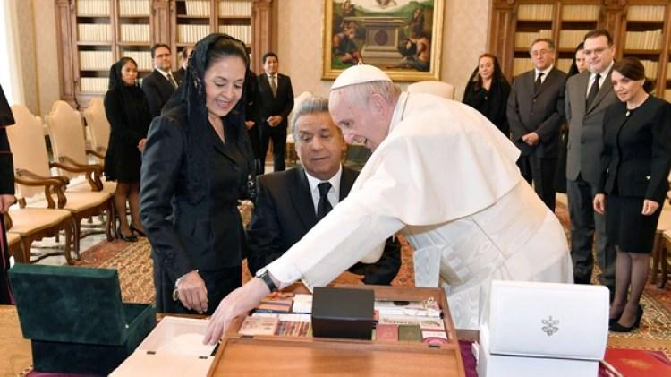 El Papa Francisco con el Presidente de Ecuador Lenin Moreno y su esposa Rocío González Navas (Reuters)