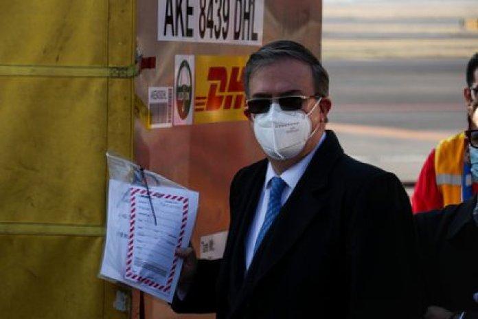 Marcelo Ebrard recibiendo el primer lote de vacunas (Foto: Cuartoscuro / Galo Cañas)