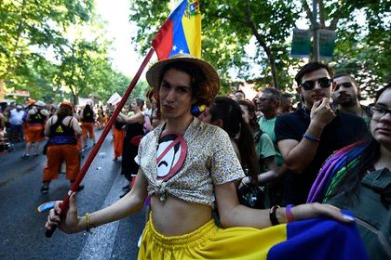 Un miembro de la comunidad LGBTIQ en el desfile del orgullo en Madrid (Foto: OSCAR DEL POZO / AFP)