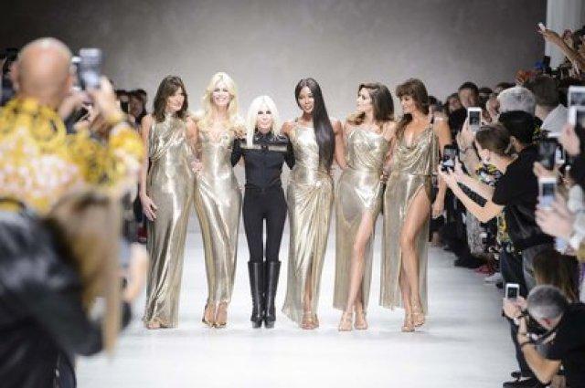Junto a las tops models de los 90 y a Donatella Versace  en 2017 (Shutterstock)