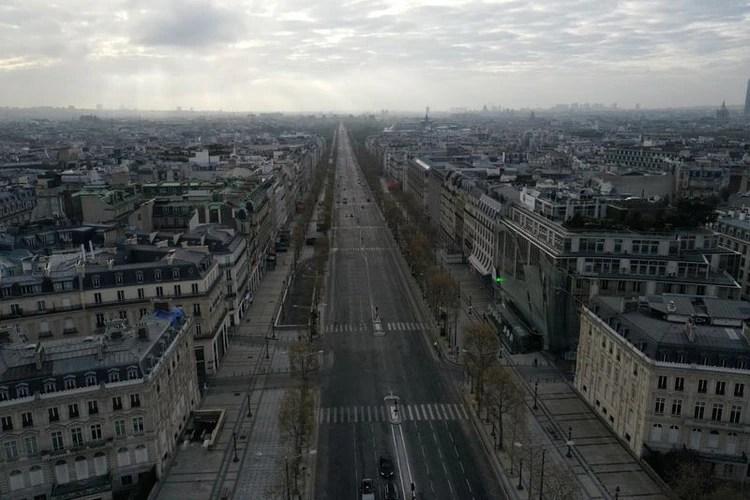 Una vista aérea muestra la desierta avenida de los Campos Elíseos en París durante una cuarentena impuesta para frenar la propagación del COVID-19 (REUTERS/Pascal Rossignol)