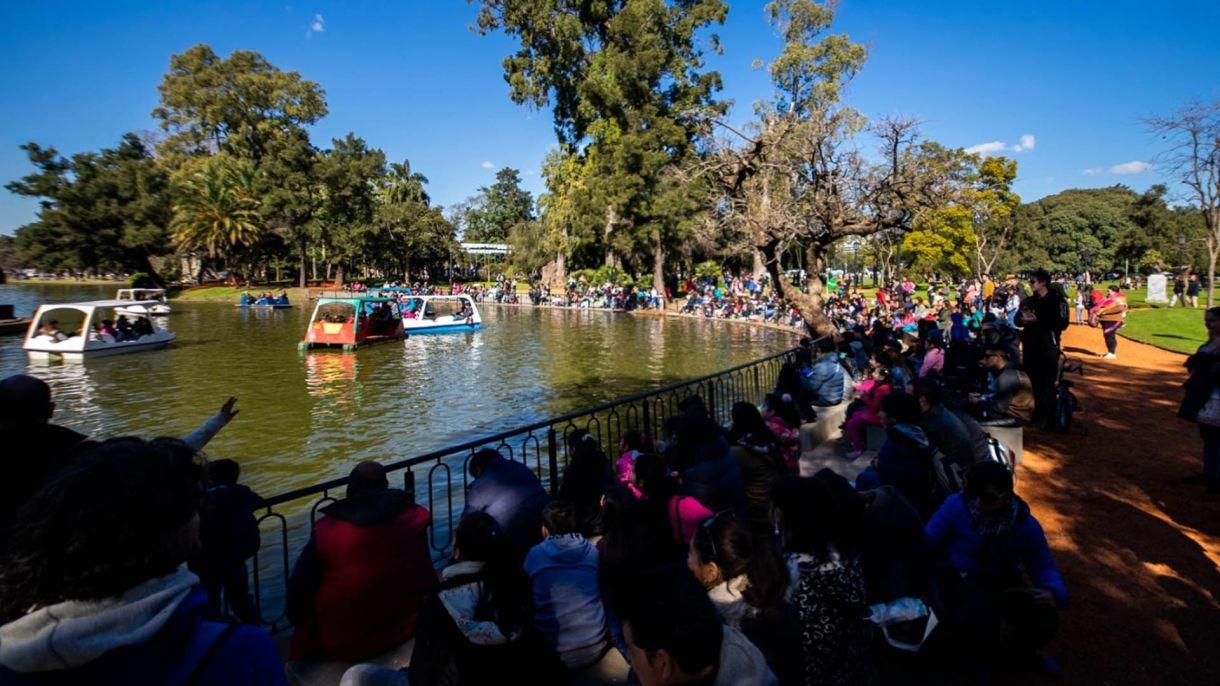 Dentro del Parque 3 de febrero, además, se encuentra el famoso Rosedal que cuenta con 4 hectáreas de superficie de acceso libre y gratuito y aloja casi 8.000 rosales de 93 especies distintas.